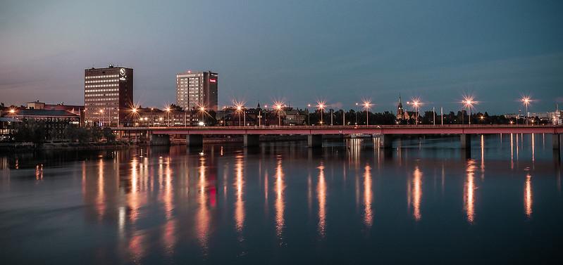 En stad vid vatten på kvällen.