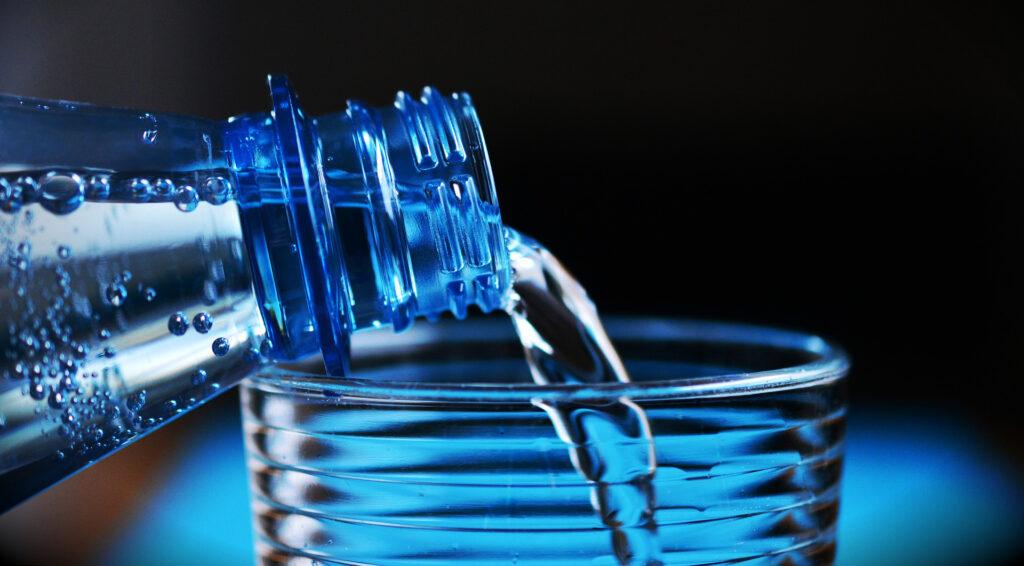 En vattenflaska och ett glas.