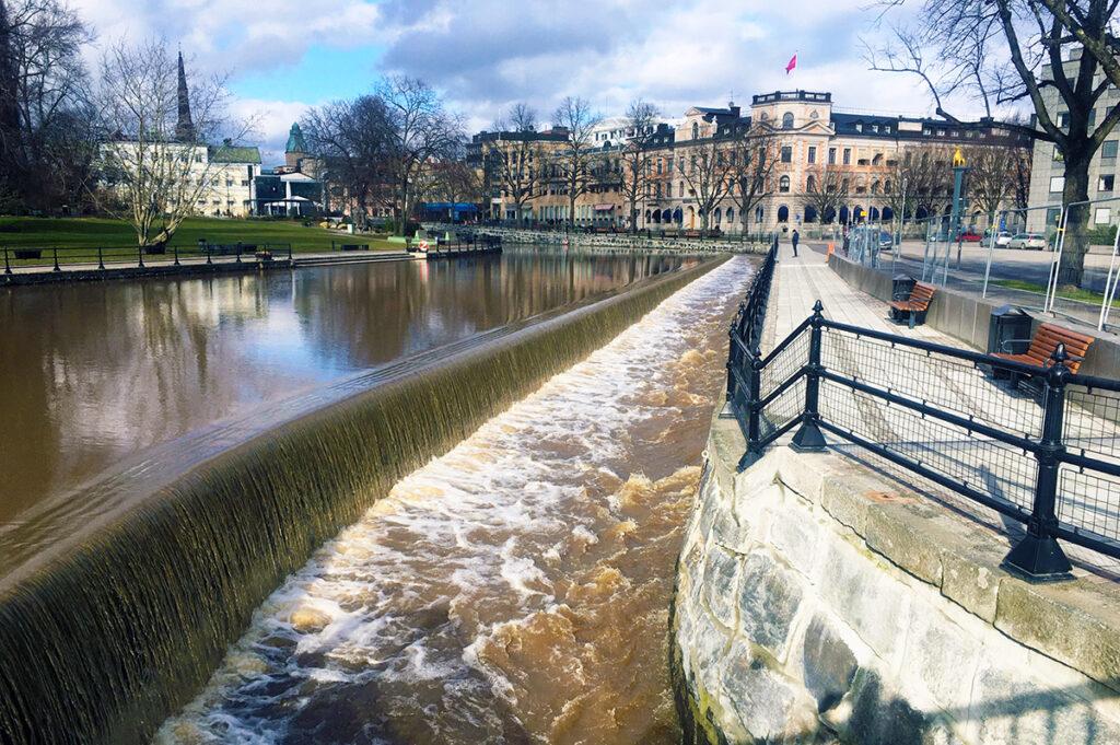 Ett forsande vattendrag i en stad.