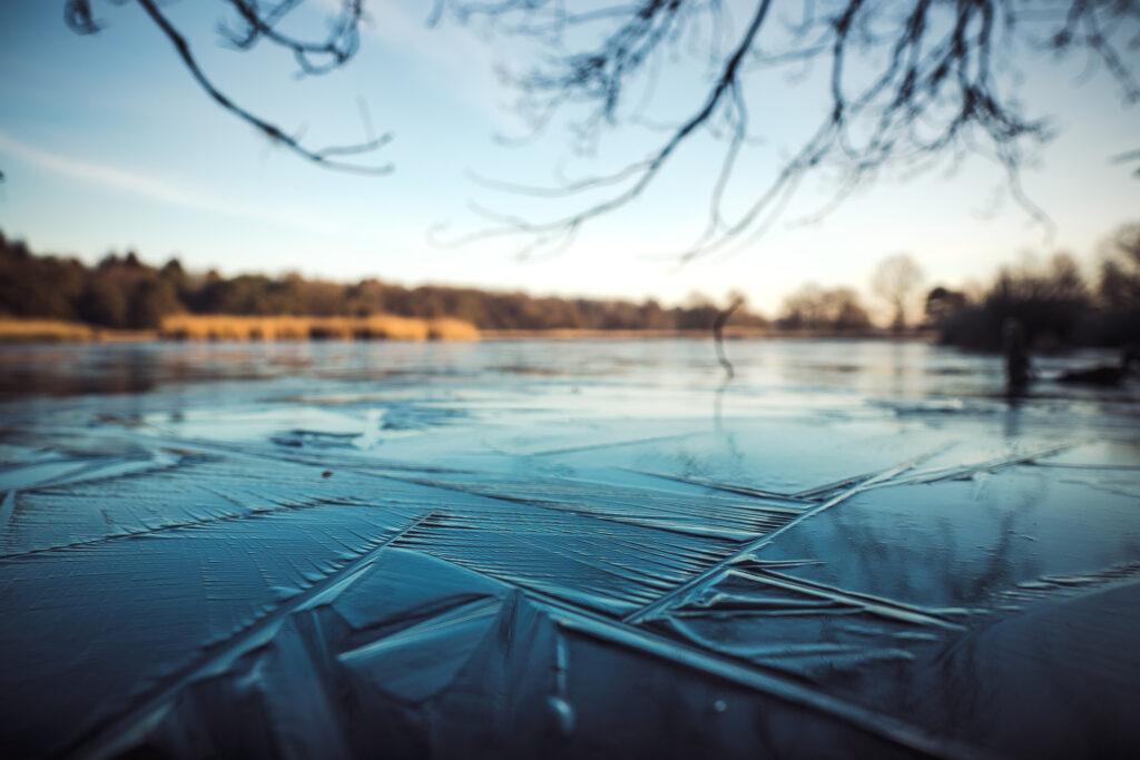 En isbeklädd sjö.