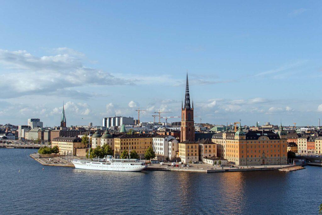 En vy över en stor stad med gamla byggnader vid vatten.