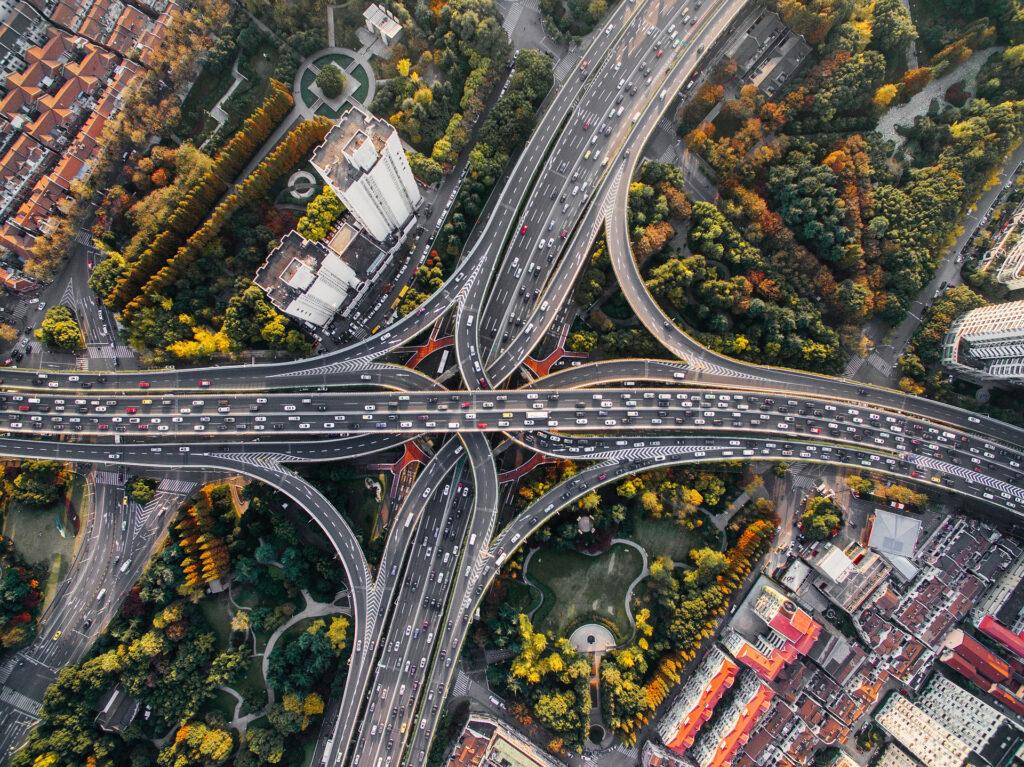 Flera trafikleder som korsar varandra i en stor stad.