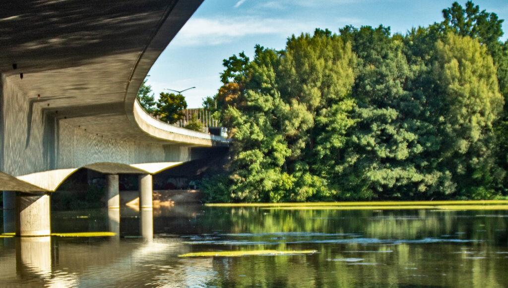 En betongbro vid en sjö.